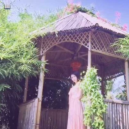 一树紫薇🌺一间竹屋🌿一地繁星💐一身玫瑰香🌹太美好的事物总会让人陷入忘我,愿留下最美刹那🌷女人心如水,可如火般炽热,如冰之冷傲;女人容如花,可如紫薇般的温婉,玫瑰般的性感,应是一种,春风拂面。#逛拍#