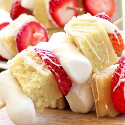 #美食##我要上热门##涨姿势#甜甜的草莓,搭配可口的蛋糕、丝滑的巧克力酱汁,简直完美!不用在嘴馋甜品店了,这里就有啦~#自制甜品##草莓蛋糕#