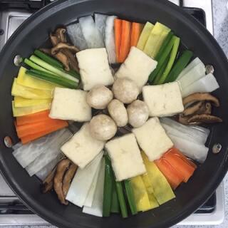 #走哪吃哪##韩国料理##韩国吃播##韩国美食##食堂黑暗料理争霸赛##火锅##豆腐火锅##丸子# 韩国宫中传统料理 豆腐火锅 ~ 好看的东西吃起来也好吃哦~ 喜欢的朋友点赞哦~😄