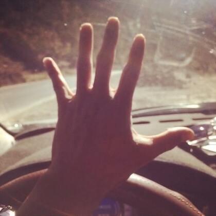 行程过半,抵中甸。走走停停,因随意故赶了不少夜路。这一路没有太多惊喜,更没有净化我多少心灵,只是心静了许多,不如上班时浮躁,每天耳旁只有车内的音乐与窗外的风声。也许人生,会像我这一路,危机四伏与景色宜人并随,终有一日抵目的地,回头若还能记忆起什么快乐的,也许就不算白走了。#在路上#