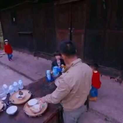 #爸爸去哪儿4##安吉坑爹# 我只想说.有一种坑爹.叫安吉坑爹.看着沙溢吃狗狗🐶吃剩下那半碗面的时候,差点没笑喷出来😂😂😂