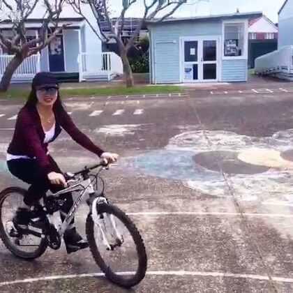 今天要Mark一下~麻麻我应该有十几年没有#骑自行车#了,今天在粑粑的拉拢下一家人到家附近的小学里骑了一圈,麻麻我又回味了学生时代上学的感觉😅#宝宝##美拍小助手#