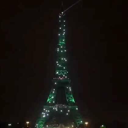 巴黎埃菲尔铁塔再次点亮绿色灯光,祝贺气候变化《巴黎协定》生效