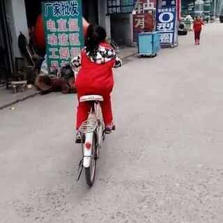 #宝贝骑自行车##刚学会骑大自行车##我家宝贝棒棒哒#女儿学会骑大自行车了,好棒啊😄