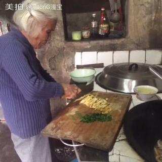 90岁的奶奶硬要烧面给我吃,她感觉烧面给我这个曾媳妇吃我会很开心!她烧的这道面是仙居也是台州特色面浇头面、台州人会比较了解!很好吃!#吃秀##新品试吃##U乐国际娱乐吃饭###走哪吃哪##吃秀U乐国际娱乐##我要上热门##美拍小助手##搞笑新人王#