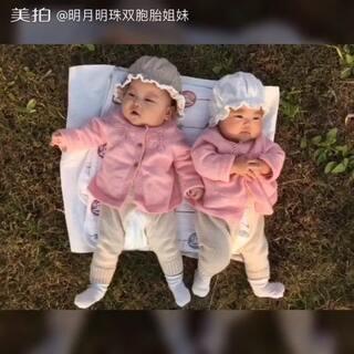 我们姐俩出来走走😚PS今天姐姐突然喜欢侧着身子躺了😂#宝宝成长日记##双胞胎姐妹##随手美拍#