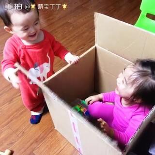 妹妹把姐姐给关箱子里了。😂这俩人真会玩儿。俩人还不忘亲亲😘,抱抱。#宝宝##二胎生活##宝宝成长日记#