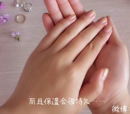 #美妆时尚#(冬季简单diy手膜教程) 冬季手部皮肤容易变得干燥起皮,妹子们可以在家自己diy手膜,做手部保养,这样手霜吸收营养是平时的很多倍。日常保养很关键 ,可以备一支手霜平时洗手后使用,也可以简化视频里的方法,每天晚上睡觉前戴一次性手套保养二十分钟。 😊😊😊