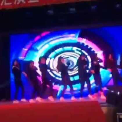 Bang Bang-Produce 101#舞蹈#好长时间没更新 看了这个画质略渣的视频你们就应该知道我消失到哪里去了~很高兴能和小伙伴们一起上台演出 而且是跳最喜欢的舞 大家都棒棒的!能看出来哪个是我吗 特开心能分到SoMi的Part 毕竟我也是个姐姐粉了 其实就是唯一一个露肚脐的那个~爱你们 我会很快就更新嗒~😘