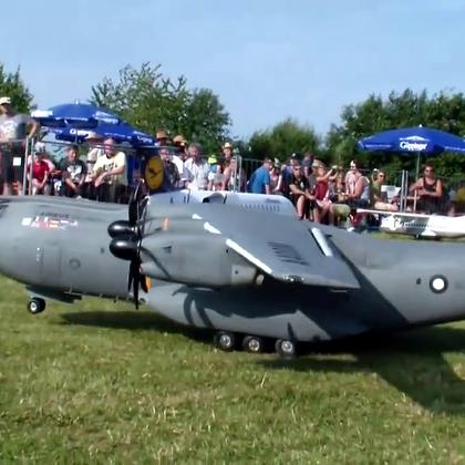 超大航模运输机 需要四个螺旋桨才勉强飞起来.😃😃😃