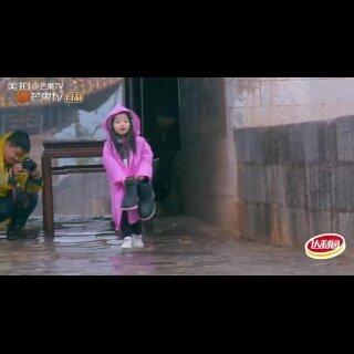 #爸爸去哪儿##阿拉蕾#牌暖宝宝上线 冒雨为#董力#爸爸送鞋好贴心 #爸爸去哪儿4#