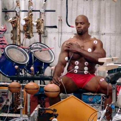 红内裤肌肉超人!一个人演奏一个大乐队所以的乐器#吉他弹唱#还要唱#U乐国际娱乐##热门#数数他一共演奏了多少种乐器?