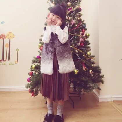 """圣诞节快到了☺P姐自己打扮的圣诞🌲,有点乱,但是很用心👍好久不见,大家好么😘这个时间点发照片,中国的你们在睡懒觉吧~有木有觉得小P""""淑女""""了点~😁#宝宝#"""