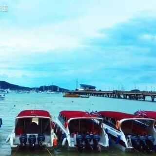 普吉岛皇帝岛美景#旅游##泰国之旅# 老天不给你孤独,你又如何反思自省?有时候会很享受孤独,静的时候总能找到内心的那个自己,和自己对话! 背景音乐《You Are my Everything》美景:普吉岛码头和皇帝岛银色沙滩!😊😁