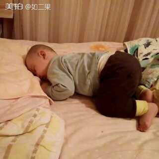 高难度睡姿,你们能驾驭么,#宝宝##萌宝睡姿大pk##我要上热门@美拍小助手#