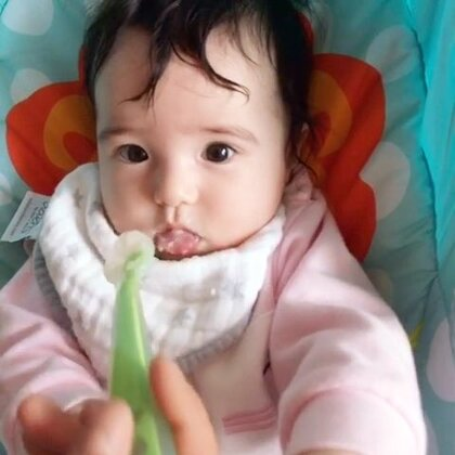 四个半月:厌奶期的Sylvia第一次吃米粉