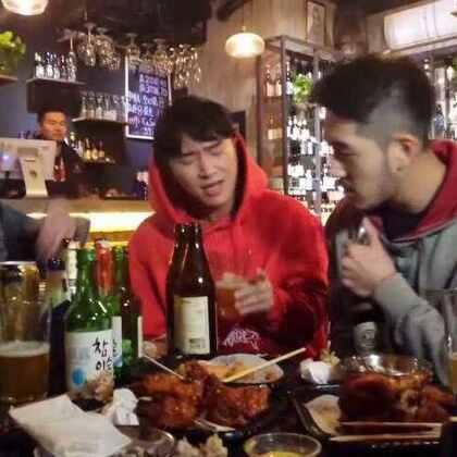 家附近的小酒吧里~喝着喝着就嗨起来了~宝宝们~下次炸鸡啤酒🍺约不约!?@美拍小助手@音乐频道官方账号@美拍每日精选@玩转美拍@BIGBANG_ASIA #我要上热门##一人一首bigbang##音乐##男神##bigbang#