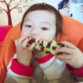 #宝宝##混血宝宝##宝宝啃玉米##混血儿##小菠萝Vincent21个月#每次啃玉米都能啃得一颗不剩,一点不浪费。😊