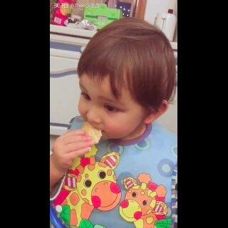 乐之饼干蘸着吃是Theo奶奶教麻麻的 Theo果然也很爱 只是Theo主次颠倒 不咬饼干 光吃cream 这是把饼干当勺使呢?😂#宝宝#