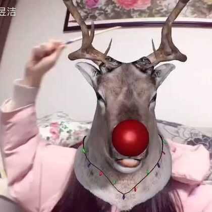 圣诞节就要到啦~🎄🍎今天我变成了圣诞板来给大家唱(duì)一(kǒu)首(xíng)圣诞歌😂😂当然啦 圣诞板也要给大家送礼物🎁参与话题#我是一只鲁道夫#并@我 我会在参与的小伙伴里抽出十位 送snow相机限量版抱枕和peripera 韩国人气口红💄(各五名)软件:#SNOW相机#http://snowcam.cn/install