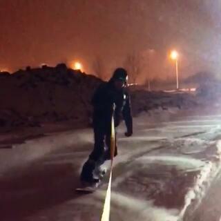 #单板滑雪##滑雪#长春雪天马路上惊现单板🏂滑雪,原版在这里