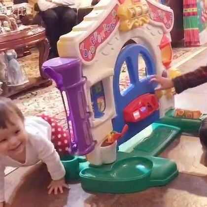 艾比最喜欢的游戏就是她在前面爬,有人在后面追她😅 #宝宝##混血宝宝#