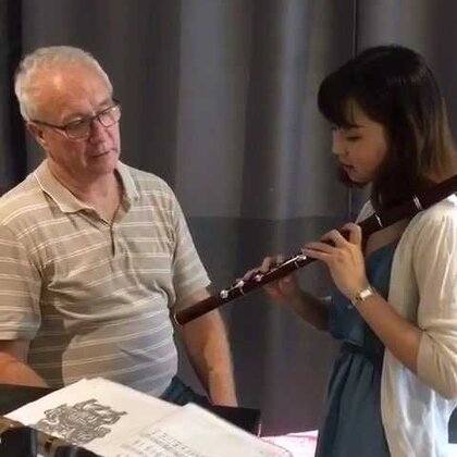 半年前的一次在悉尼的演出认识了Peter&Winnie夫妇,那次之后他们还特别录了用长笛演奏的茉莉花过来听,后来很多次演出Peter夫妇成为了我在悉尼最忠实的观众,他们的真诚很感动我,Peter是悉尼音乐学院毕业的长笛演奏者,今天我们第一次尝试演奏对方的乐器,用音乐的语言交流感觉很美妙!分享给大家😊