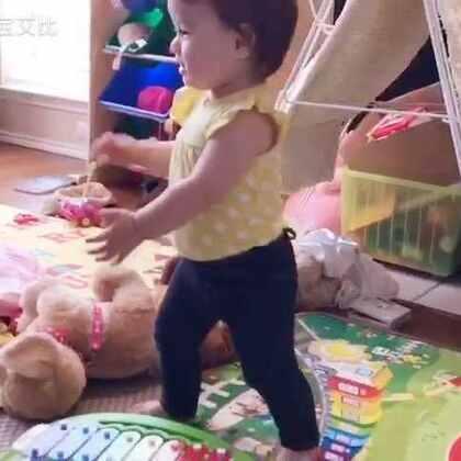 又拆礼物啦,还第一次拍到自己走两步的视频😊 今天一口气走了7、8步,拍拍手👏👏😄 #十四个月十天##宝宝##混血宝宝#