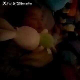 #宝宝##热门##萌宝睡姿大pk#☺☺兔子🐰兔子🐰这样舒服吗😓😓☺