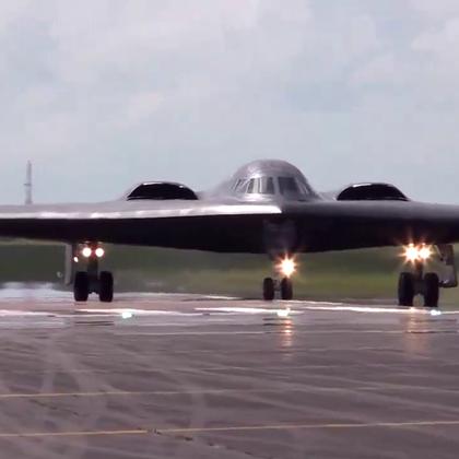 单机造价超过24亿美元的B-2隐身轰炸机从头顶上飞过.