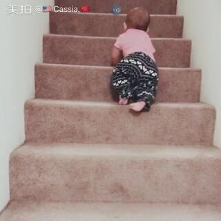 爬楼高手。上下都轻轻松松搞定👏👏#宝宝##宝宝成长日记#