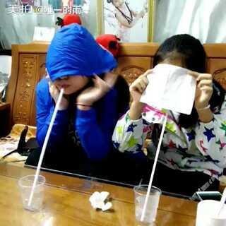 好逗比,她们两个偏要挡脸。#喝水对视不准笑#