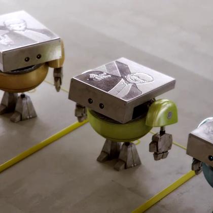 短片讲述在机器人们每日机械化的劳动中,有一位心系大海的小家伙却与别人有点不一样。它盯着工厂的时钟等待下班,飞奔而走后会落下贝壳。因为另有梦想,哪怕生锈也不在意;因为心怀自由,也无论代价会如何。