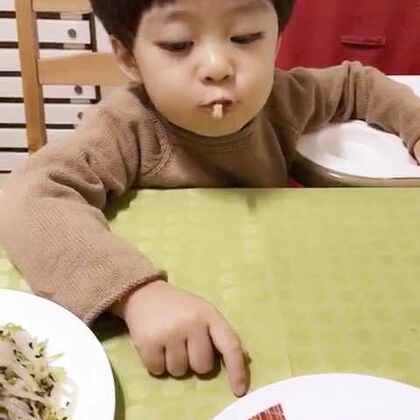 #年年说话##宝宝#吃了一口超辣的菜还是好淡定😂