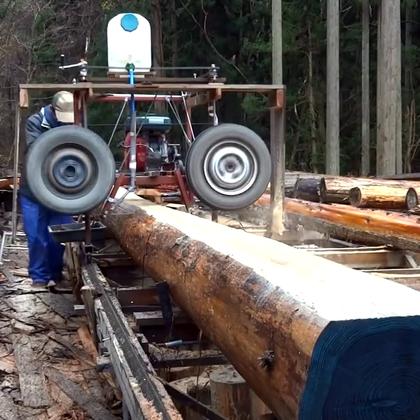 一个发动机加俩轮胎,做成的木头切割机,挺霸气.