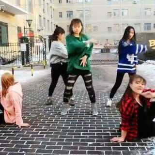 龙舞堂网红团又一心血之作,blackpink的《玩火》!就冲五个女孩在雪地里冒着严寒跳舞的热情,也请大家把赞和好评送给她们🙏#舞蹈##blackpink - 玩火playing with fire##韩国舞蹈#@美拍小助手 @舞蹈频道官方账号