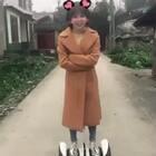 刚学会的平衡车,还不敢太快。只能靠这个姿势来增加安全感。 哈哈哈哈。很上瘾的勒 😬 #平衡车#