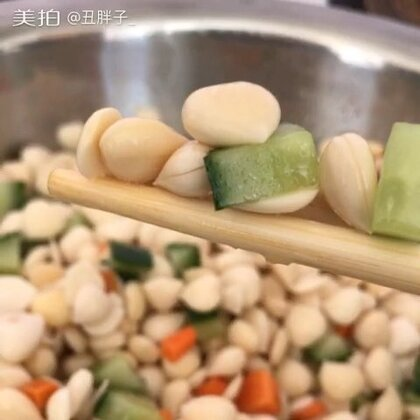 #日常##回家过年#亲爱的朋友们新年快乐,感谢大家一直以来的支持和陪伴,爱你们😘😘😘,大家都有没有回家过年呢,我们一家人一起做年夜饭,吃完饭出去玩,玩够了回家一起包饺子,包完先煮点吃,剩下的冻上明天早上吃,我们这初一要吃饺子的😁😁😁。转评赞捉3位宝宝每人100元红包。