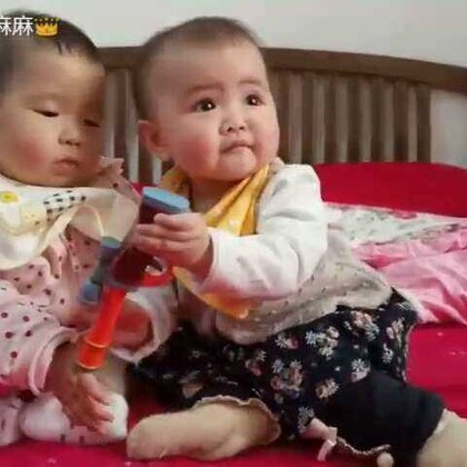 #宝宝##萌宝宝##新年快乐#和表妹一起玩,小孩子玩闹就是我抢你的,你抢我的😂(ps:小虾米比表妹大40天😊,视频里讲的是我们这边的语言)