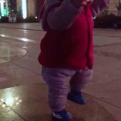 #厉害了我的宝宝##藏族宝宝爱跳舞#广场跳锅庄的时候遇见个萌宝。可爱的不要不要的 舞蹈细胞也是杠杠的 厉害了我的藏族小宝宝 💪💪💪#我要上热门#
