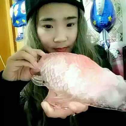 #冬天挑战吃冰块##吃冰块##我要上热门##吃秀##挑战吃冰块#祝大家年年有余!🎉🎉🎉🎉进来双击的宝宝2017发财发财发大财!呵呵, 拿久了好冻手……😳