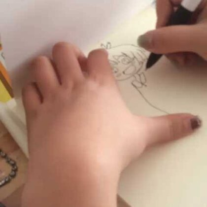 抄手机上的,自己画不好,姐姐画的少女简笔画,漂亮!!