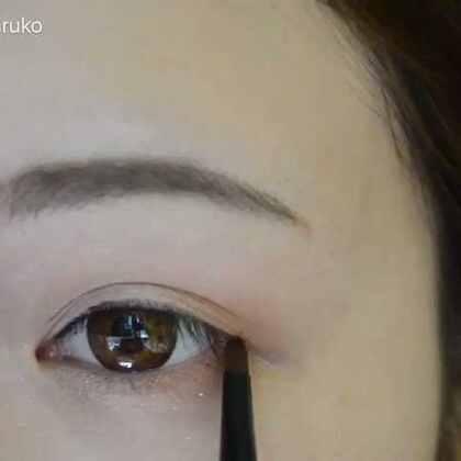 新手必看的眼线膏画法🌝 这是我自己平常的画法,觉得这样画眼线不会容易出错,个人意见,不爱看不喜欢别喷。眼线膏相对比眼线笔持久,比眼线液易上手,所以眼线膏十分推荐新手上路🌚http://c.b1wt.com/h.2lqJRE?cv=cNn97qEDBE&sm=d55a78 #美妆##我有特殊的化妆技巧##热门#这么快就过完年了,心痛到窒息😂