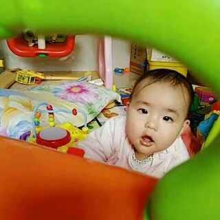 #我要上热门@美拍小助手##宝宝抵抗力拜年操##不想起床的问候#新年第一个视频,宝贝8个半月啦,可以自己玩很久了,棒棒哒😚😚😚