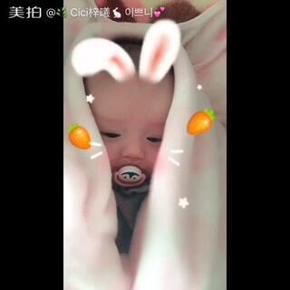 Hey~小姑娘💕为什么把自己藏起来了呢?小兔兔都不见啦☺#宝宝##萌宝宝##宝宝成长记录#