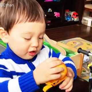 Ethan在他的书包里找到了一个蔫苹果 有一个多月了 居然没有烂掉😂#男神##宝宝##Ethan29个月##宝宝成长日记#