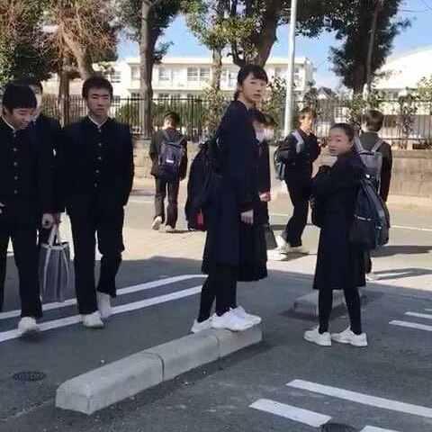 实拍日本中学生放学了从袜子到服装到鞋、小吃早餐视频书包图片
