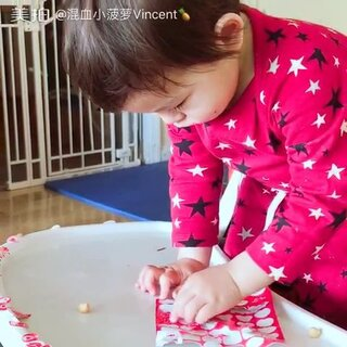 #宝宝##游戏##情人节快乐#他吃完了吵着要下来,我还没吃完不想让他对我的食物搞破坏,就随手给了他一版情人节贴纸。果然是瞬间转移他注意力的神器啊。😂😂