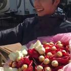 情人节#陈伟霆#给粉丝发糖和玫瑰花啦~~我的天哪,好想去现场哦~😍