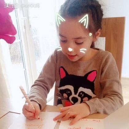姐姐和弟弟都去了park玩,妹妹在家认真地写着生日礼物感谢卡。